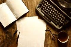 Verfasserdesktop mit der Schreibmaschine Retro- Lizenzfreies Stockfoto