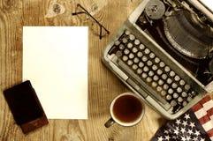 Verfasserdesktop mit der Schreibmaschine Retro- Lizenzfreies Stockbild