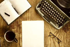 Verfasserdesktop mit der Schreibmaschine Retro- Stockbild