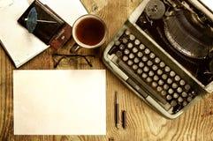 Verfasserdesktop mit der Schreibmaschine Retro- Stockfoto