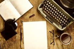 Verfasserdesktop mit der Schreibmaschine Retro- Lizenzfreie Stockfotografie