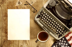 Verfasserdesktop mit der Schreibmaschine Retro- Stockfotos