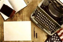 Verfasserdesktop mit der Schreibmaschine Retro- Stockfotografie