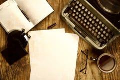 Verfasserdesktop mit der Schreibmaschine Retro- Lizenzfreie Stockfotos