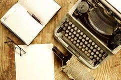 Verfasserdesktop mit der Schreibmaschine Retro- Stockbilder