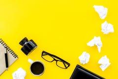 Verfasserschreibtisch mit Notizbuch, Tinte, Stift und Gläser färben Draufsichtraum des Hintergrundes für Text gelb lizenzfreie stockfotografie