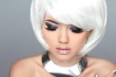 verfassung Blonde Frisur Modeschönheits-Mädchenmodell mit weißem SH Stockfotografie