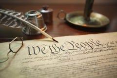 Verfassung der Vereinigten Staaten mit Spule, Gläsern und Kerzenhalter Lizenzfreies Stockbild