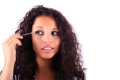 Verfassung, die Augenschattenpinsel anwendet Lizenzfreie Stockfotos