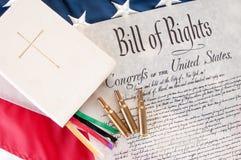 Verfassungsurkunde durch Bibel und Gewehrkugeln Lizenzfreie Stockbilder