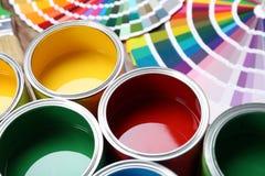 Verfblikken en de steekproeven van het kleurenpalet op lijst stock fotografie