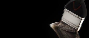 Verfborstel met Varkenshaar die op Vlotte Weerspiegelende Oppervlakte glijden stock afbeeldingen