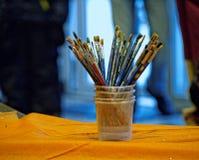 Verfborstels in een kop Stock Afbeelding