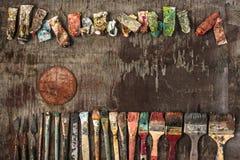 Verfborstels en buizen olieverven op houten achtergrond Royalty-vrije Stock Afbeeldingen
