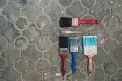 Verfborstels op de oude tegelachtergrond Stock Fotografie