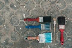 Verfborstels op de oude tegelachtergrond Stock Foto