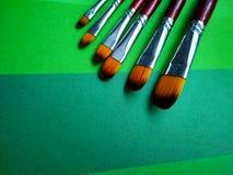 Verfborstels op een achtergrond van gekleurd document royalty-vrije stock foto