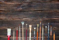 Verfborstels op een donkere houten achtergrond, hoogste mening Concept van Stock Foto