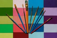 Verfborstels op kleurrijke achtergrond uit worden gewaaid die royalty-vrije stock afbeelding