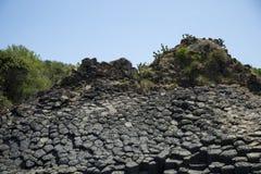 Verfestigter vulkanischer Felsen auf dem Seeufer Lizenzfreie Stockfotos