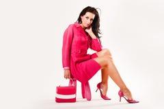 Verfijnd sexy jong model dat al roze draagt Stock Afbeelding
