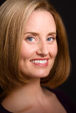 Verfijnde blauw-eyed vrouw die aan camera glimlacht Royalty-vrije Stock Foto's