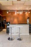 Verfijnde elegantie van donkere keuken stock afbeelding
