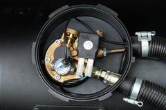 Verflüssigtes Erdölgas des schwarzen Autos, LPG-Behälter mit Meterabschluß oben Stockbild