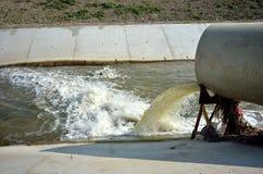 Överflöd av förorenat vatten in i floden Royaltyfria Bilder