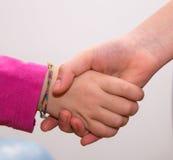 Verflochtene Hände von Mädchen, Handberühren Stockfotos