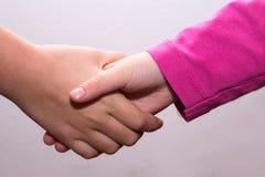 Verflochtene Hände von Mädchen, Handberühren lizenzfreies stockfoto