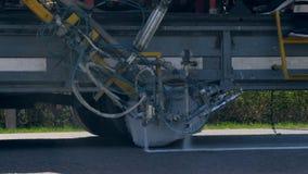 Verfnevels op een weg tijdens een het merken proces stock video