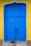 Verfolgen Sie das Schlafen vor blauer Tür in Trinidad, Kuba Lizenzfreies Stockfoto