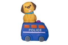 Verfolgen Sie das Sitzen über dem Polizeiwagen, lokalisiert auf Weiß stockfotografie