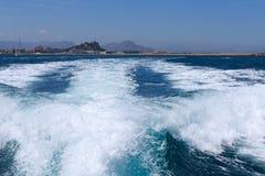 Verfolgen Sie Endstück des Schnellboots auf Wasseroberfläche in der Meeresnatur und im Sporthintergrund lizenzfreie stockfotos