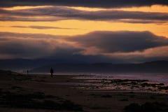 Verfolgen Sie Wanderer und Sonnenuntergang am Strand in der Nordostküste von Schottland 6 lizenzfreies stockbild