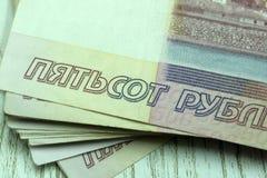 Verformte russische Rubel der Banknote 500 lokalisiert Lizenzfreie Stockfotografie