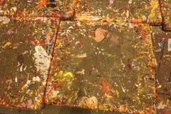 Verfplonsen op vloertegels in Kunststudio Stock Foto's