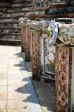 Verfraai buiten Kunst met Chinees aardewerk in Wat Arun in Bangkok Stock Afbeelding