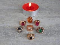 Verfraai juwelen van goud met edelstenen stock foto's
