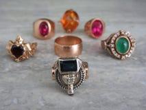 Verfraai juwelen van goud met edelstenen royalty-vrije stock afbeelding