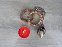 Verfraai juwelen van goud met edelstenen stock afbeelding