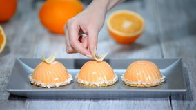 Verfraai met de witte cakes van de chocolade moderne oranje mousse met spiegelglans stock video