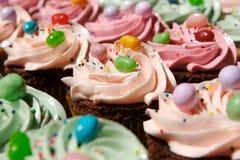 Verfraaid gastronomisch cupcakes royalty-vrije stock foto's