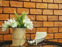 Verfraaid kunstbloemen en papieren zakdoekje op gl Stock Afbeelding