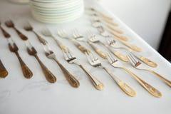 Verfraaid luxebestek op lijst met gouden elementenvorken royalty-vrije stock foto