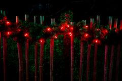 Verfraaid met Kerstmisrode lichten op omheining Royalty-vrije Stock Afbeeldingen
