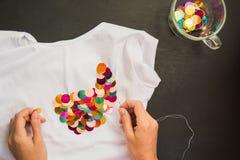 Verfraaid met lovertjest-shirt voor gift stock foto