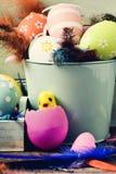 Verfraaid paaseieren, veren en stuk speelgoed kuiken stock foto's