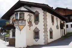 Verfraaid Tyroler-huis in Obertilliach, Oostenrijk Stock Afbeeldingen